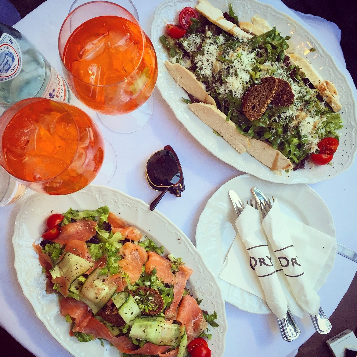 Light lunch having green salad with chicken breast or salmon +++ Aperol Spritz!