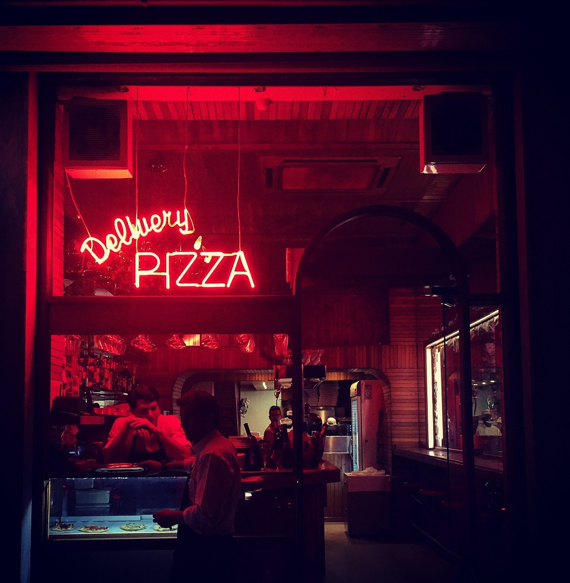 Flower at Mavili sq. delivers New-York style pizza (complete with lots of style).