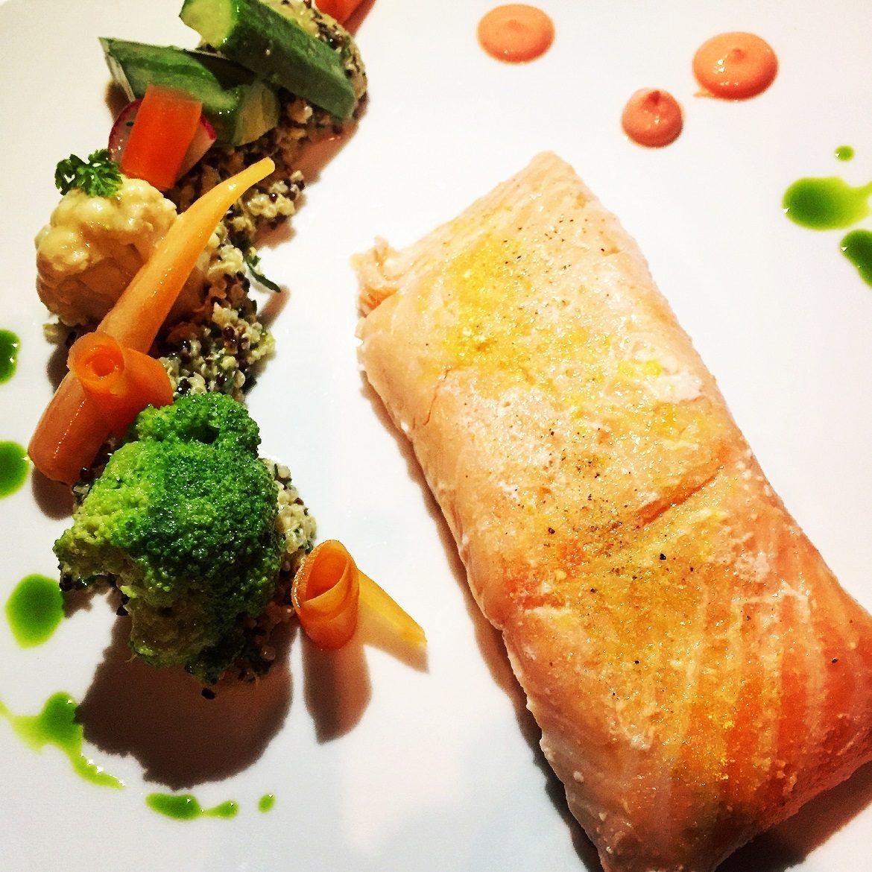 Ελαφρύς σολομός ποσέ με κινόα, λαχανικά & ροζ γκρέιπφρουτ -φουλ στα Ω3 -καλά- λιπαρά