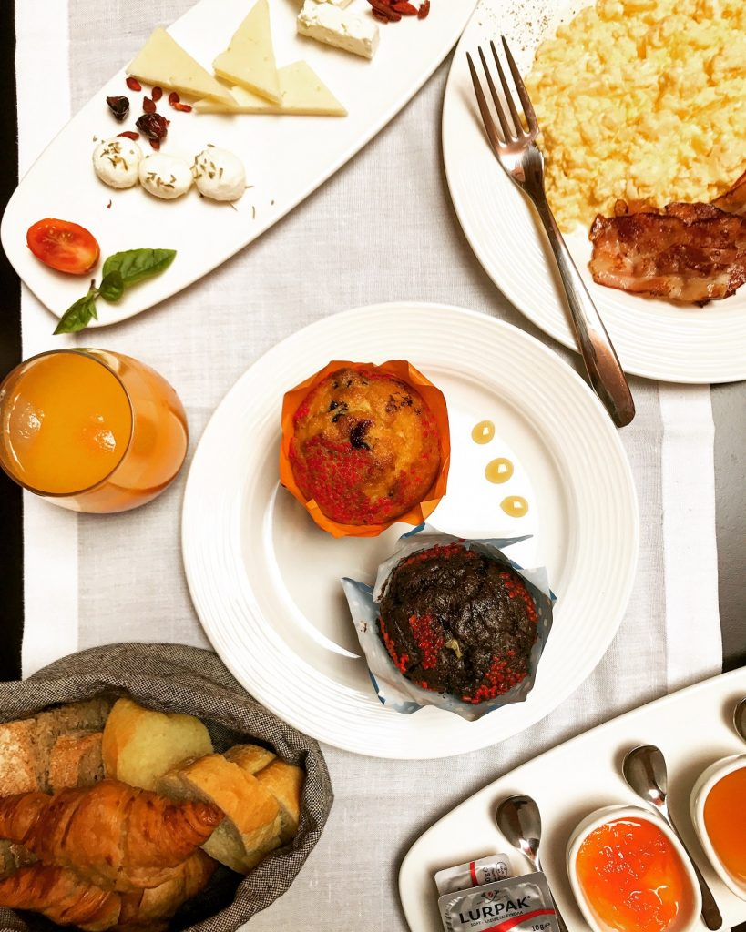 Σερβίρεται super breakfast με διεθνείς λιχουδιές (βλ. scrambed bio-eggs & muffins), αλλά και πολλά τοπικά κρητικά προϊόντα!
