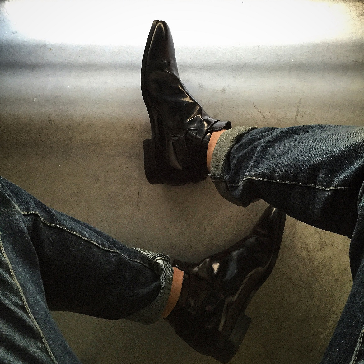 Black shiny leather ankle boots by Tod's - Jeans by H&M.